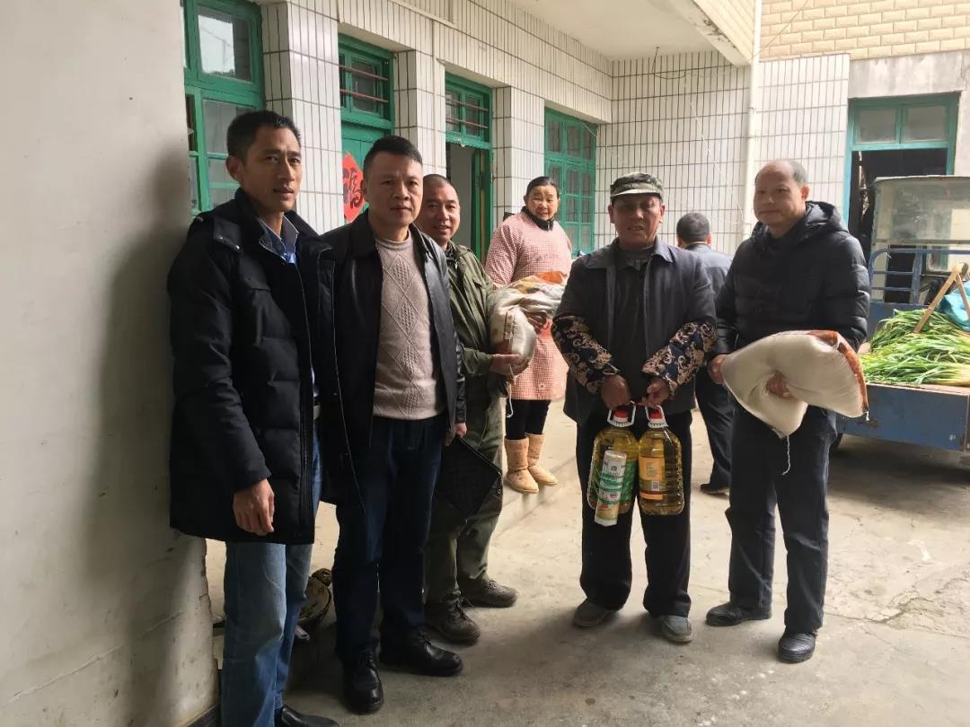 集团在龙南县捐资助学。